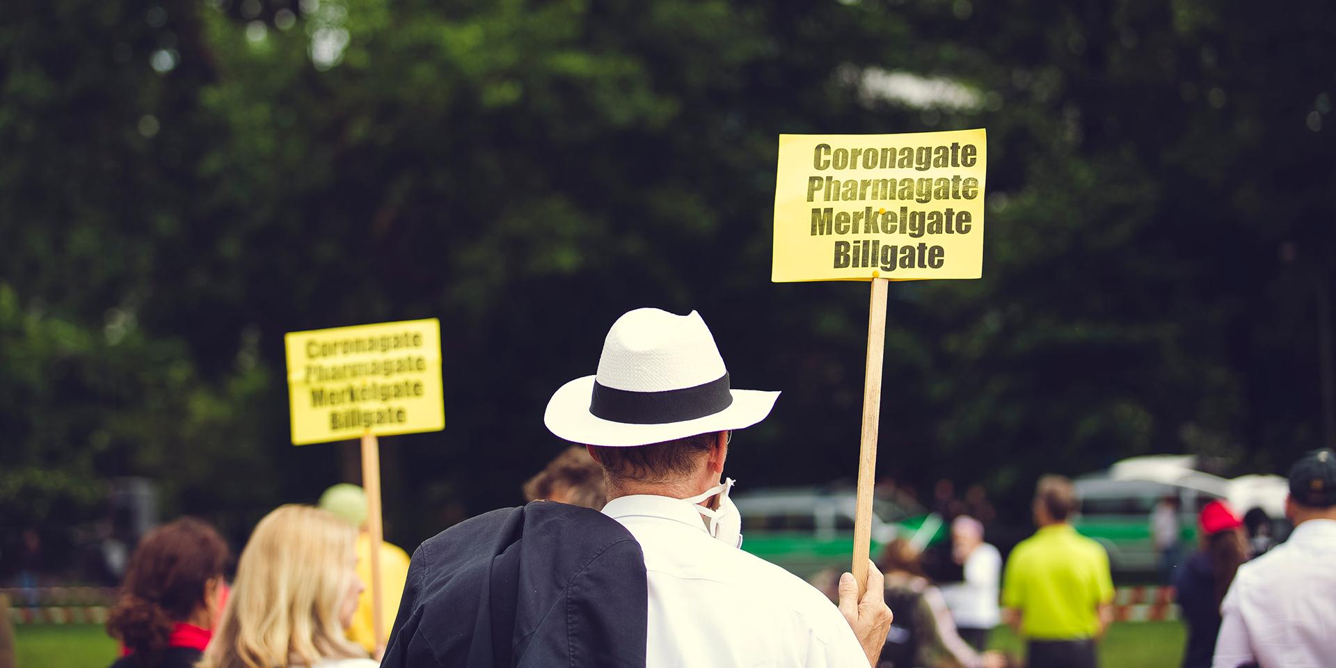 Demonstrant mit einem Plakat gegen Corona-Maßnahmen